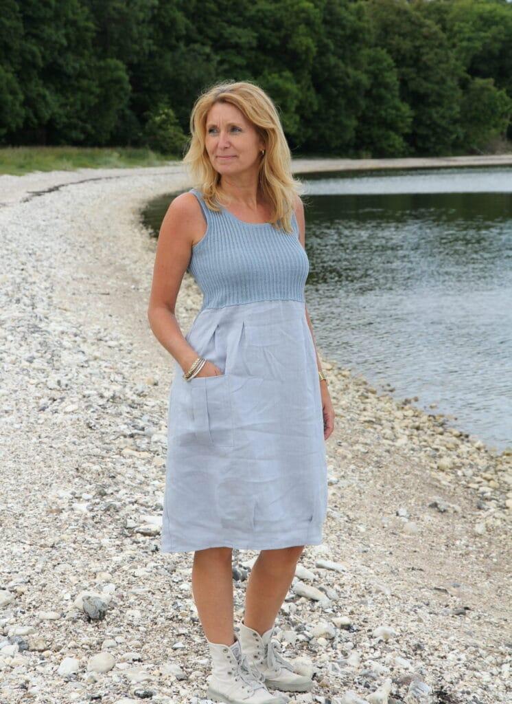 Kvinde i lyseblå hørkjole