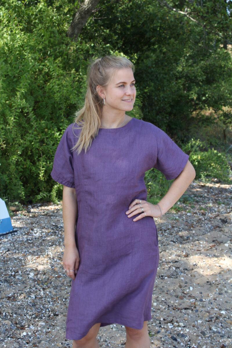 Kvinde i violet hørkjole