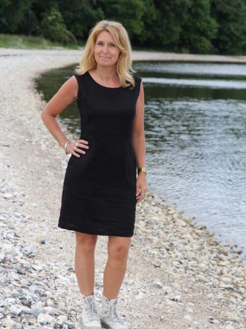 Kvinde i sort hørkjole