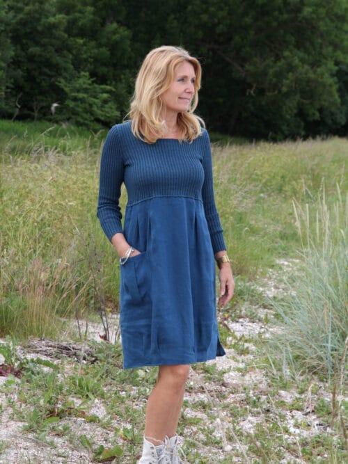 Blå hørkjole med strikket hør overdel