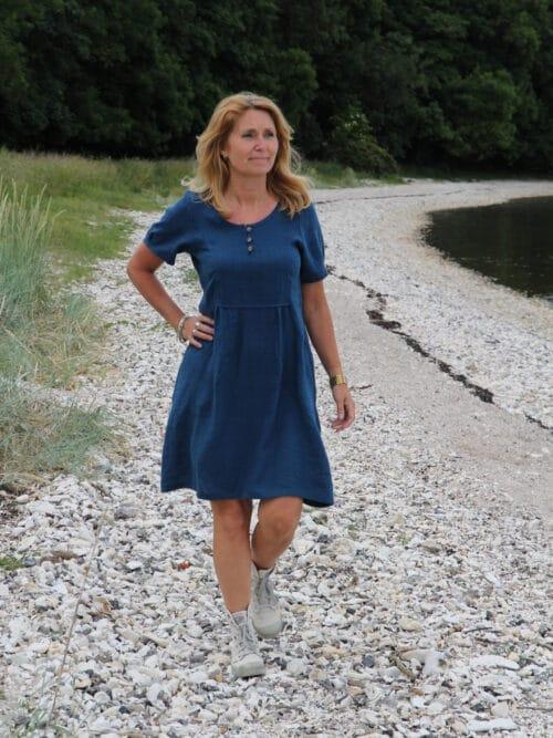 Kvinde i mørkeblå kjole i hør