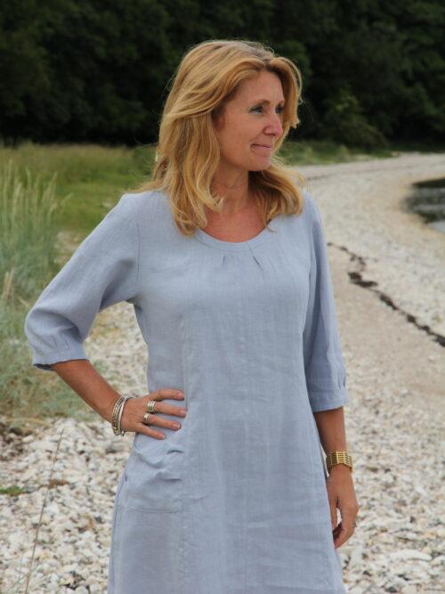 Kvinde i lyseblå tunika i hør
