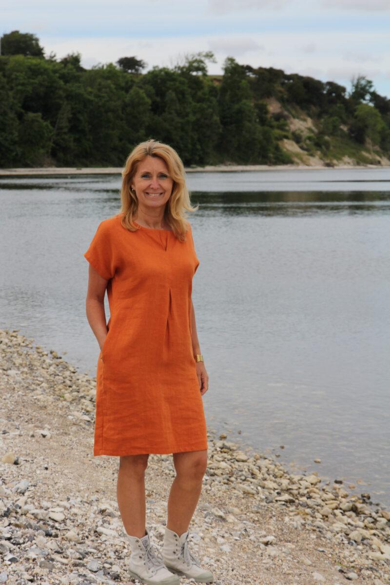Kvinde i orange hørkjole