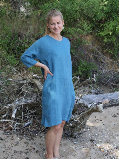 Kvinde i blå hørkjole