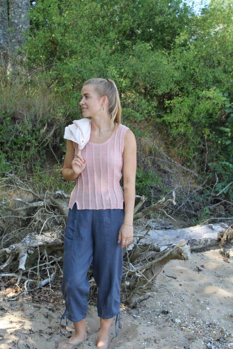 Kvinde i strikket hørtop uden ærmer