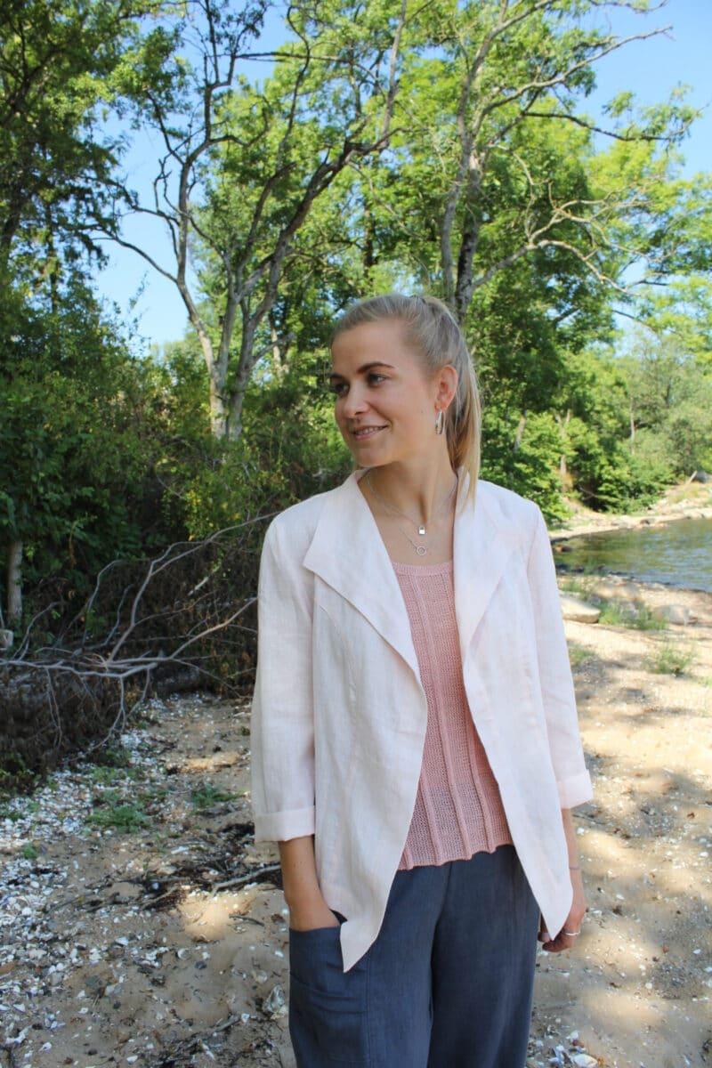 Kvinde i lyserød hørjakke