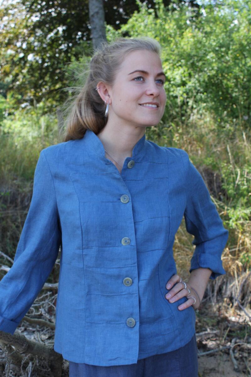 Kvinde i blå jakke i hør