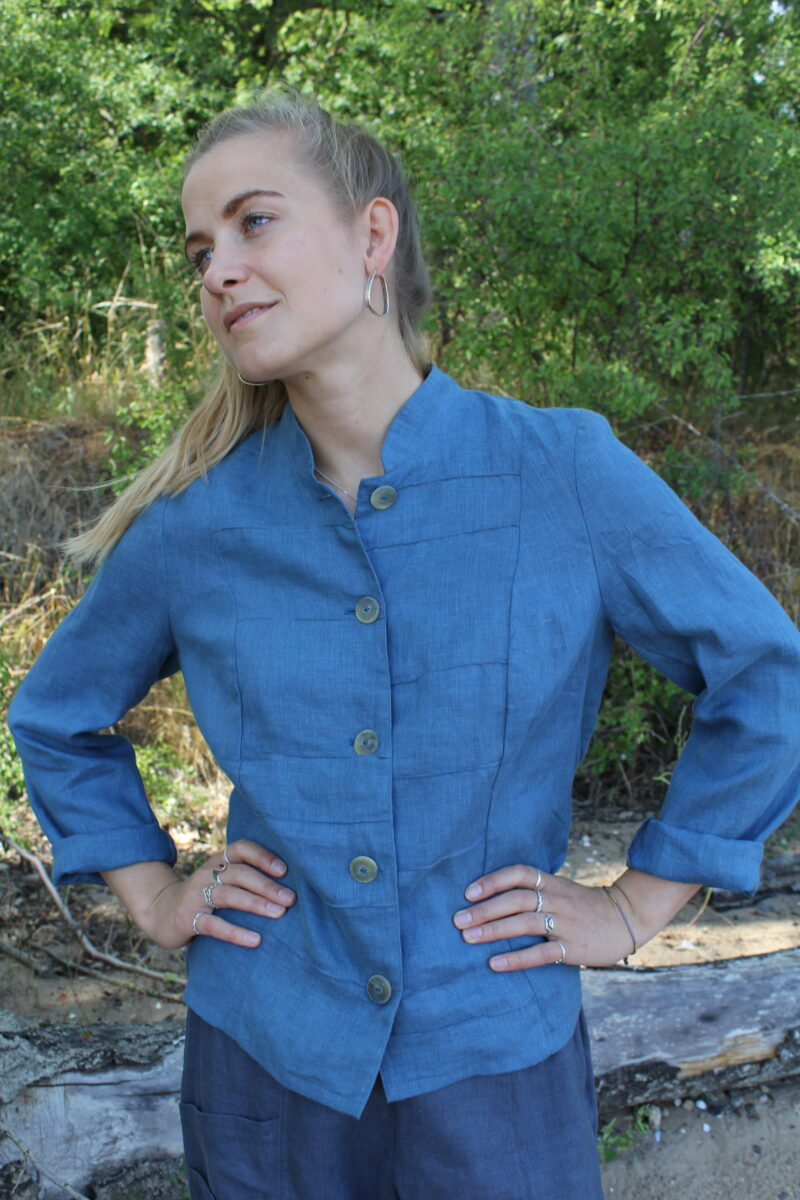 Kvinde i blå hørjakke
