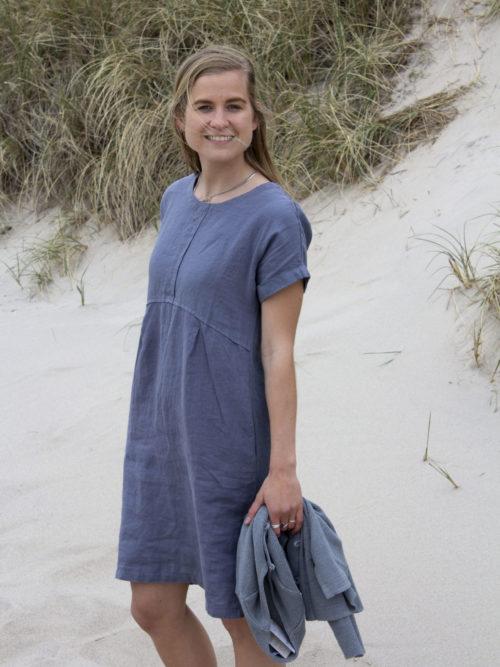 Kvinde i blågrå hørkjole