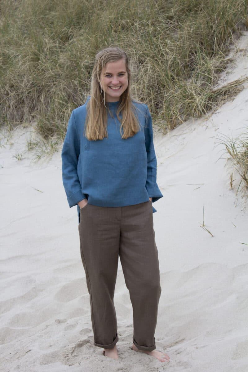 Kvinde i blå hør bluse og brune hørbukser