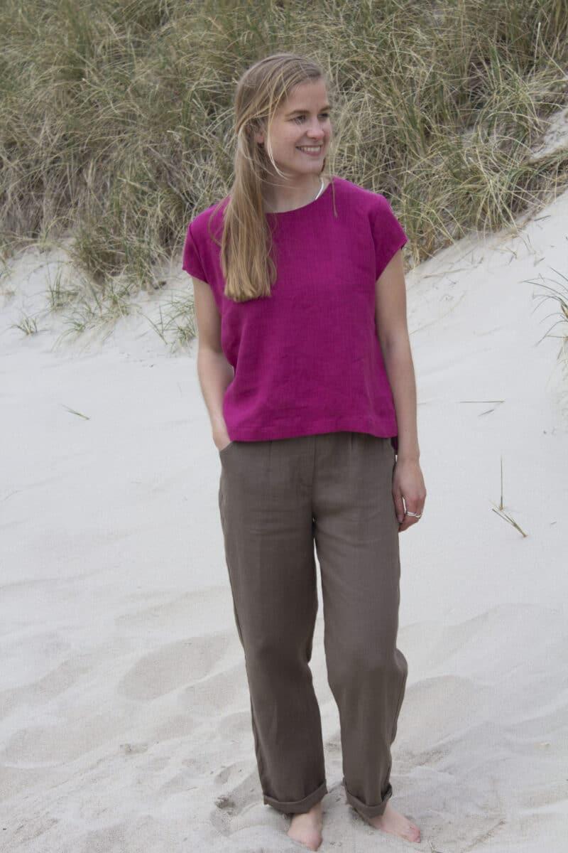Kvinde i pink hørtop og brune hørbukser