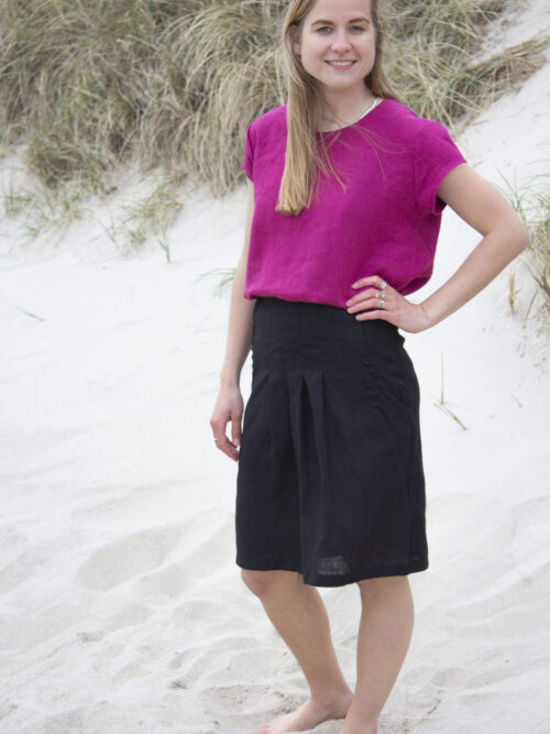 Kvinde i sort hør nederdel og pink hørtop