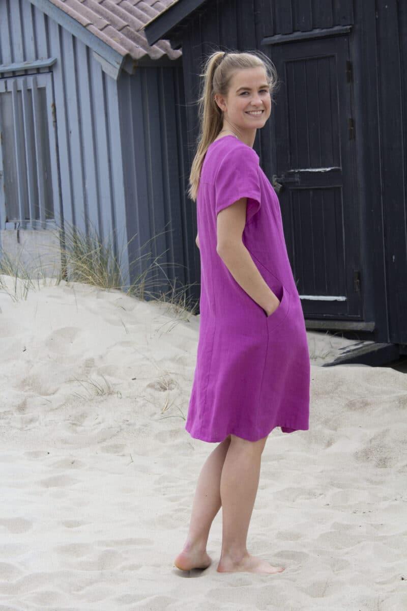 Kvinde i pink hørkjole