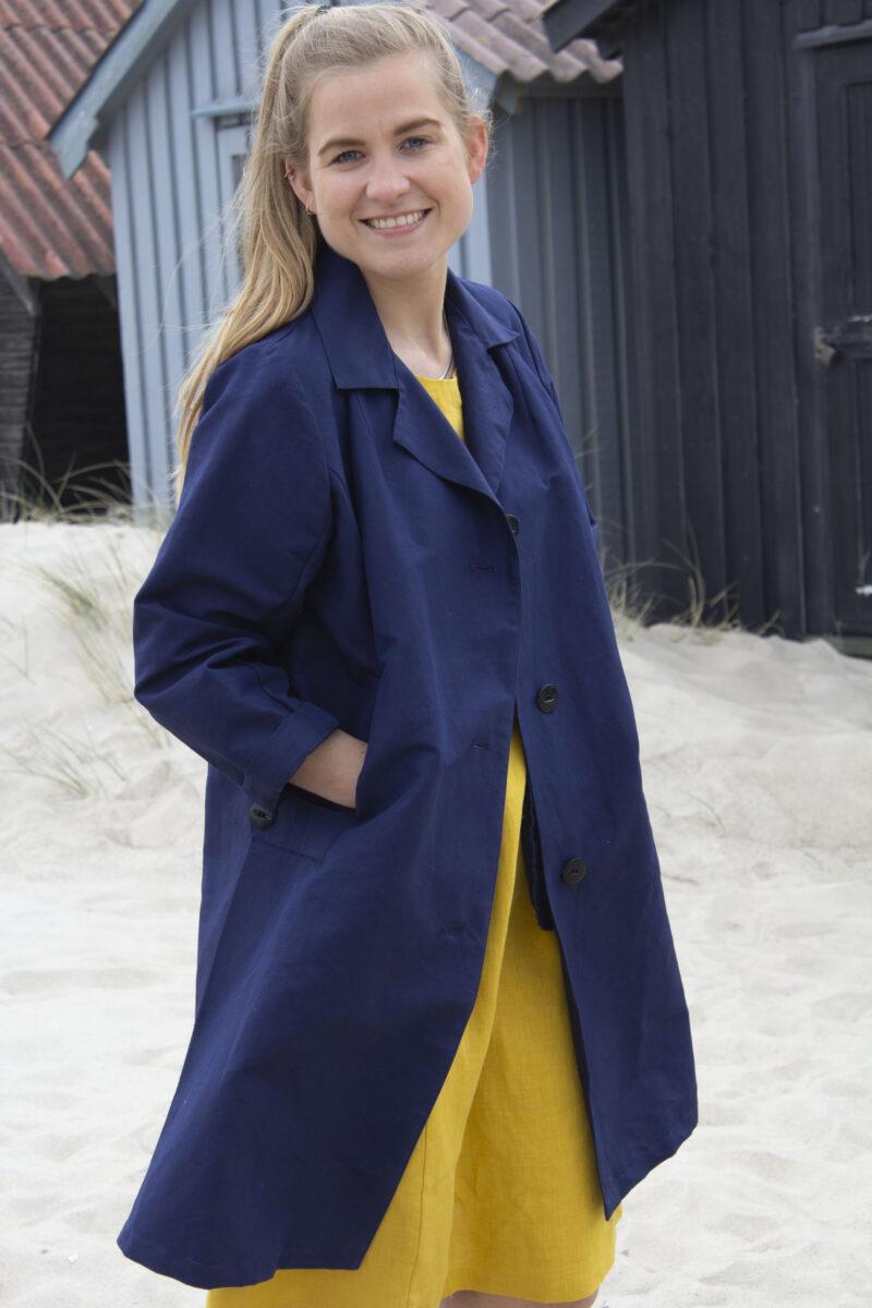blå jakke og gul hørkjole