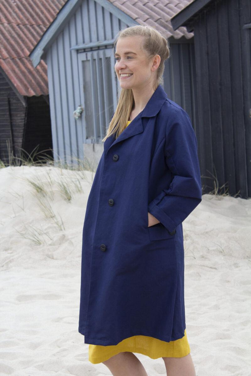 blå trench coat og gul hørkjole