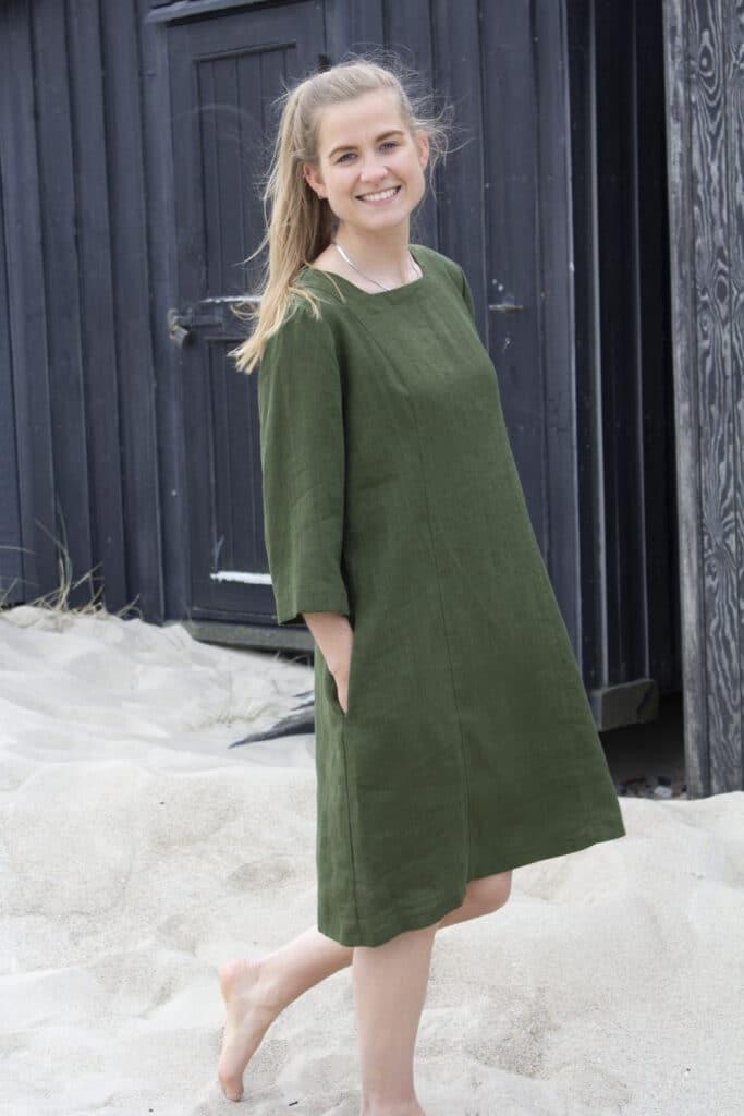 kvinde i grøn kjole i hør