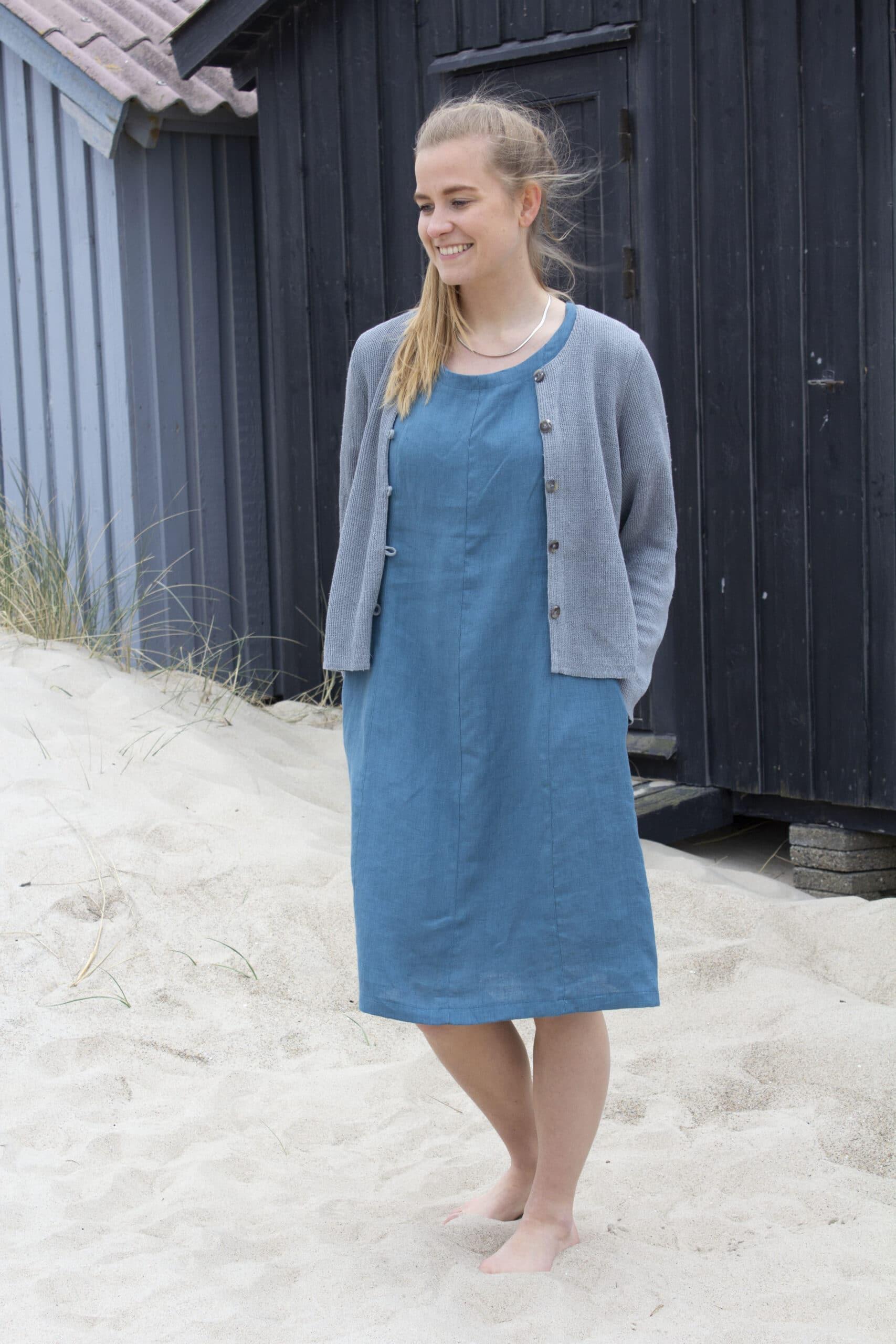 Kvinde i blå hørkjole og grå strikket hør cardigan