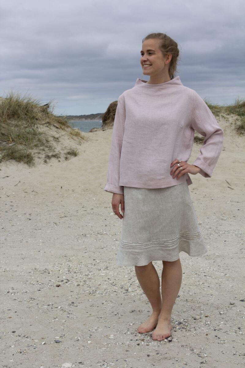 Woman in rosa linen blouse and melange linen skirt
