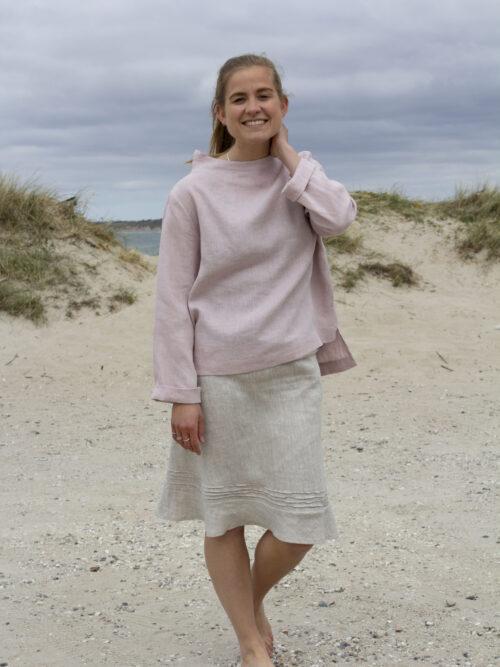 Woman in rosa linen blouse and linen skirt