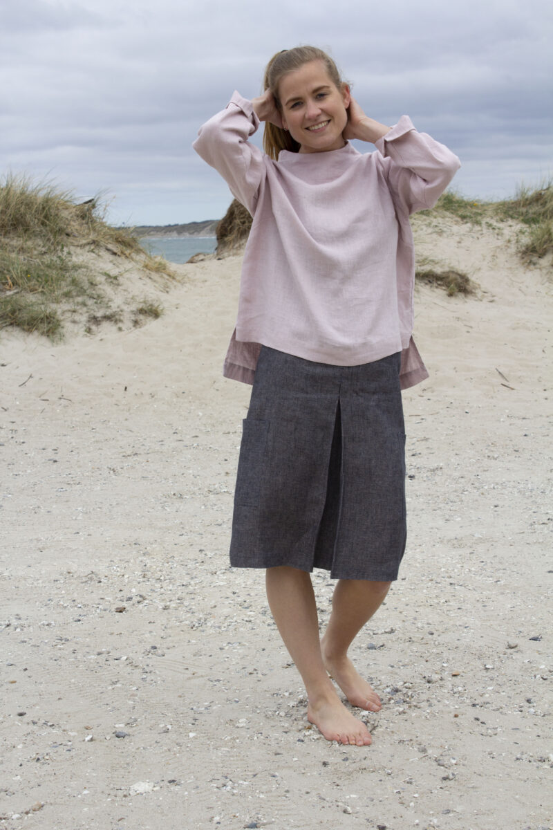 Woman in rosa linen blouse and grey linen skirt