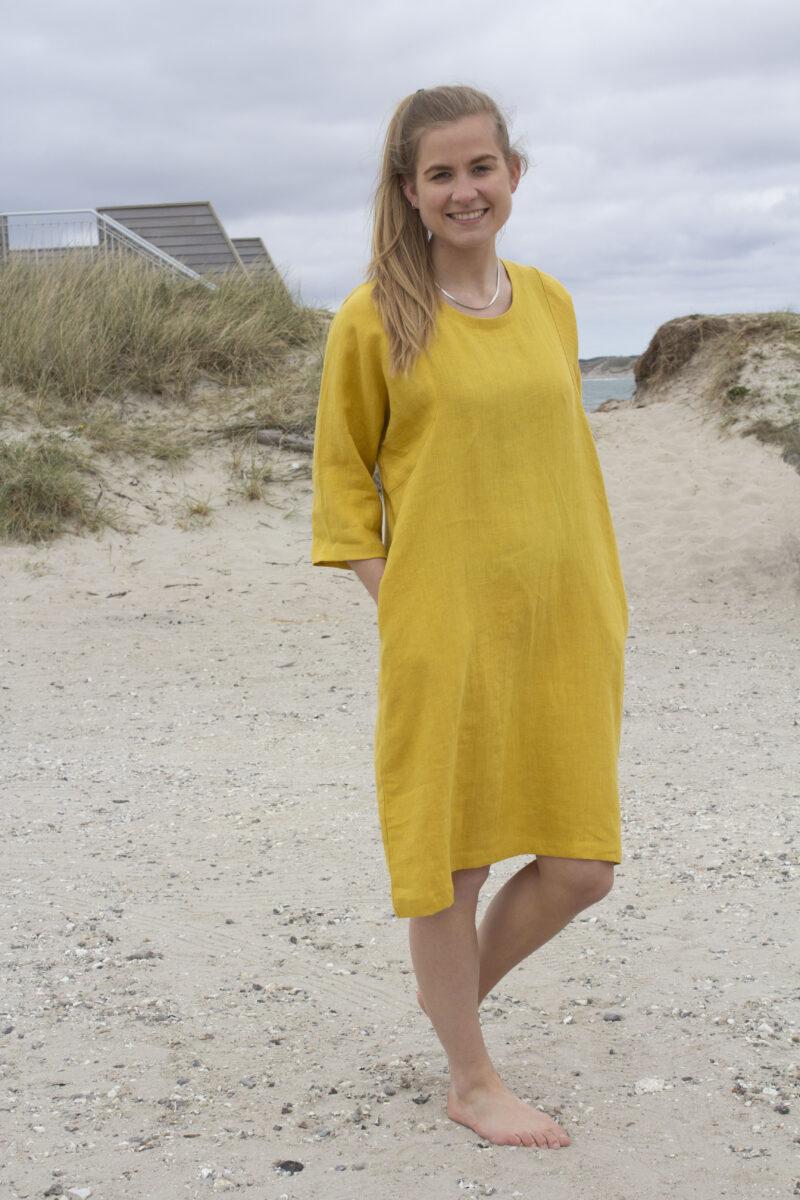 Kvinde i gul hørkjole