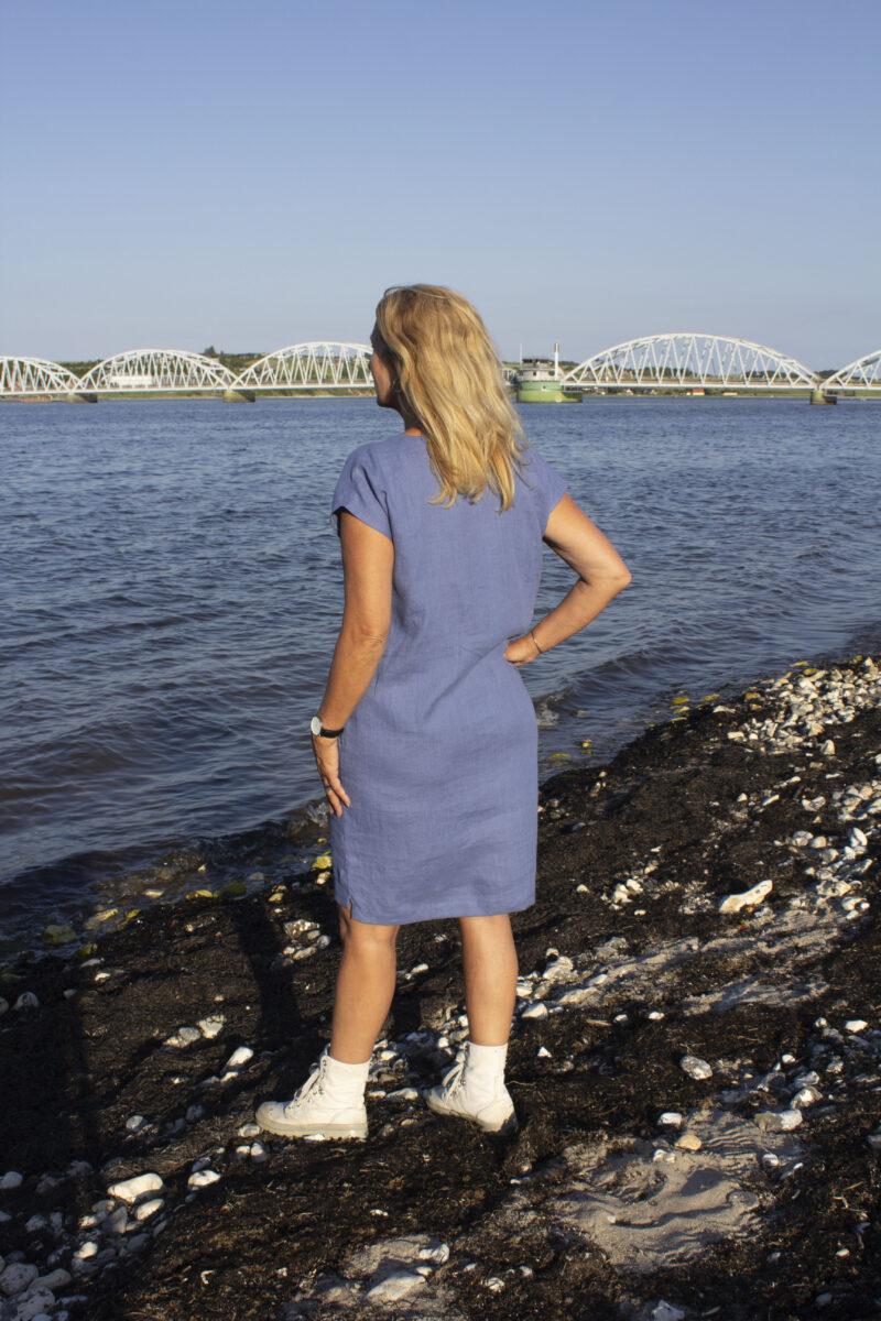 Kvinde i blå hør sommerkjole