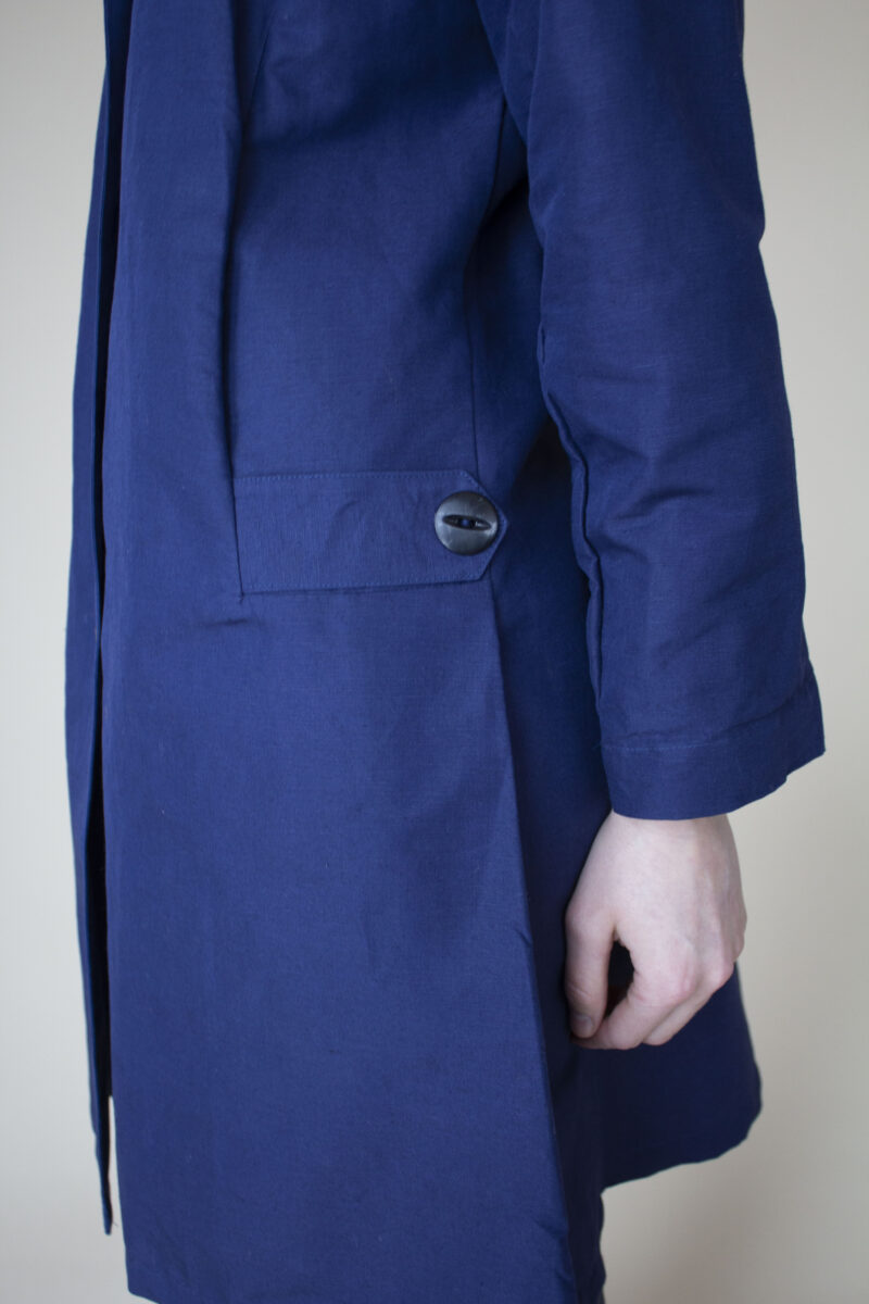 blå trench coat