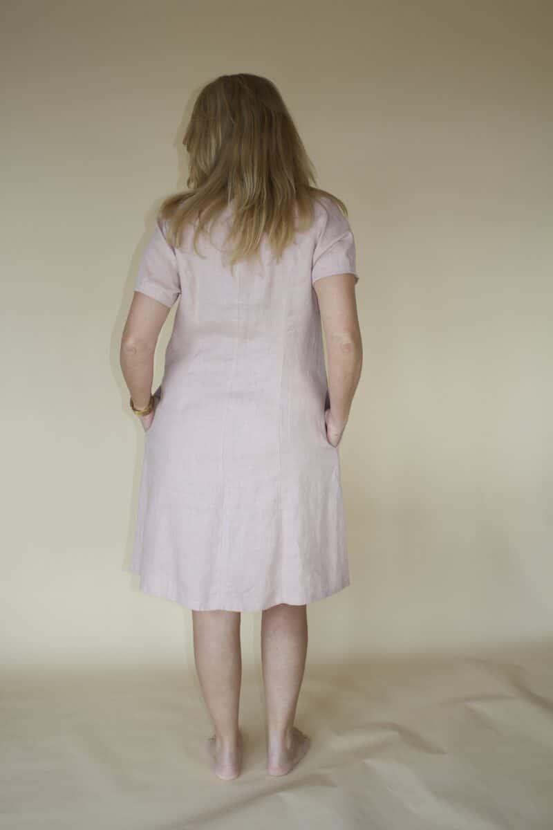 Kvinde i rosa kjole i hør